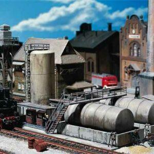 Öllager mit Dieseltankstelle und Ölkran
