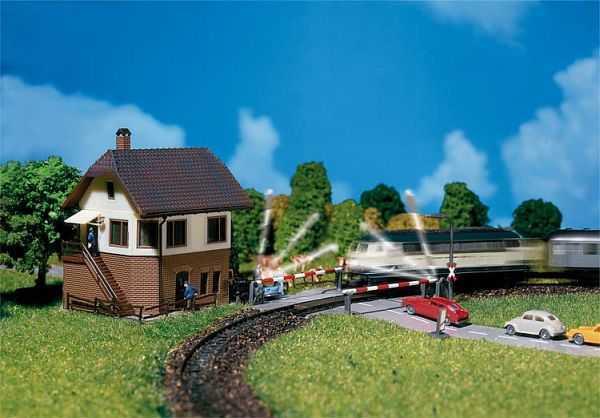 Bahnübergang mit Stellwerk
