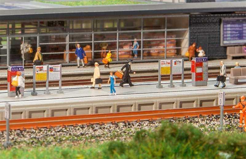 Moderner Bahnsteig mit Zubehör