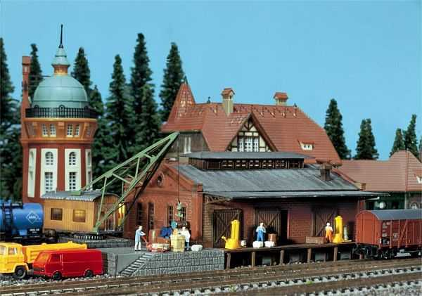 Güterhalle mit Ladekran