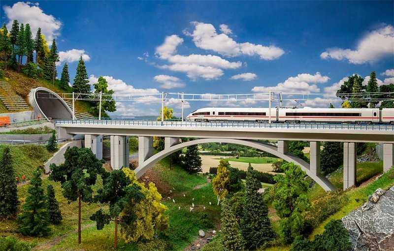 Moderne Bogenbrücke