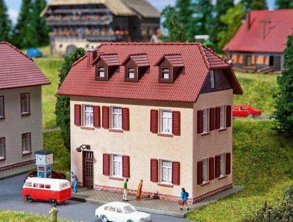 Siedlungshaus mit Fensterläde