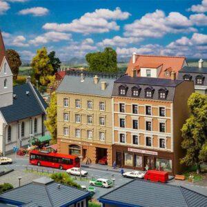Stadthäuser mit Apotheke und Delikatessenhandel
