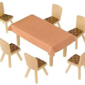 4 Tische und 24 Stühle